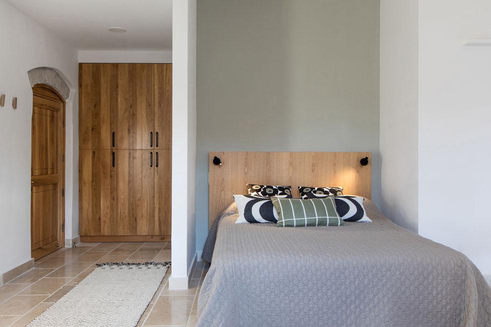 העיצוב בשבעת חדרי האירוח ממשיך בקו נקי, והטקסטיל של המותג הפיני Marimekko. החדרים, אגב, מיועדים לאורחי המרכז בלבד (צילום: שירן כרמל)