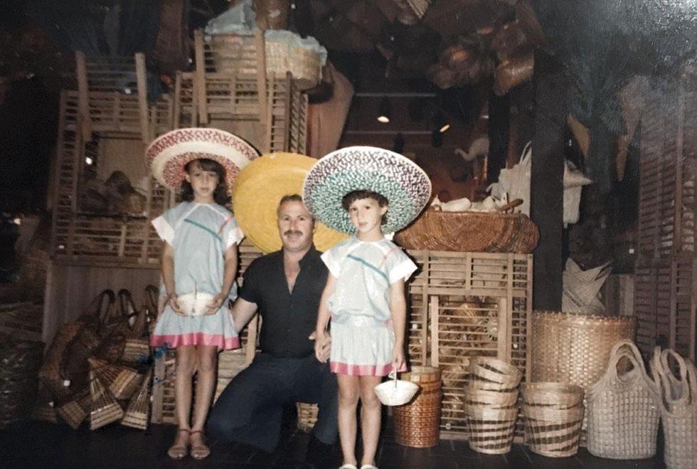 """עם אביה ואחותה הקטנה בחופשה בארצות הברית. """"נעשיתי ילדה צייתנית, מנומסת מאוד ושקטה בחברת מבוגרים""""  (צילום: אלבום פרטי)"""