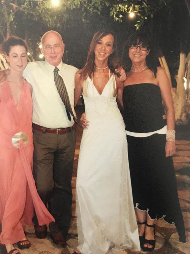 """עם הוריה ואחותה בחתונתה. """"לכאורה, היה לי הכל, אבל חייתי בסטרס מתמשך"""" (צילום: אלבום פרטי)"""