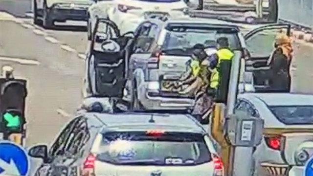 תיעוד ממצלמות הדרך: רגע הירי במוסטאפה יונס סמוך לבית החולים שיבא ()