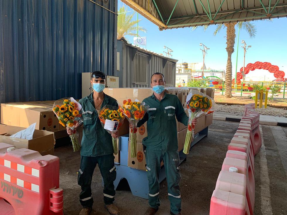 תרומות שבועי עובדי כיל אורזים פרחים (צילום: יח