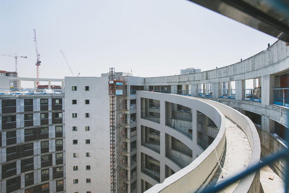 עם הרמפה הזו, אפשר יהיה לעלות מהכניסה ועד לקומה המבוקשת, ואפילו לגג. אבל רק לבניין אחד יהיה אותה. המכרז הגדיר הפרדה בין בנים לבנות, אחר כך זה השתנה בלי ידיעת האדריכלים (צילום: עדי אקשטיין)