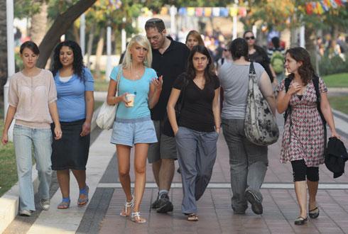 סטודנטים בבר אילן. תמונה שאי אפשר לראות בימי קורונה אלה (צילום: עמית מגל)