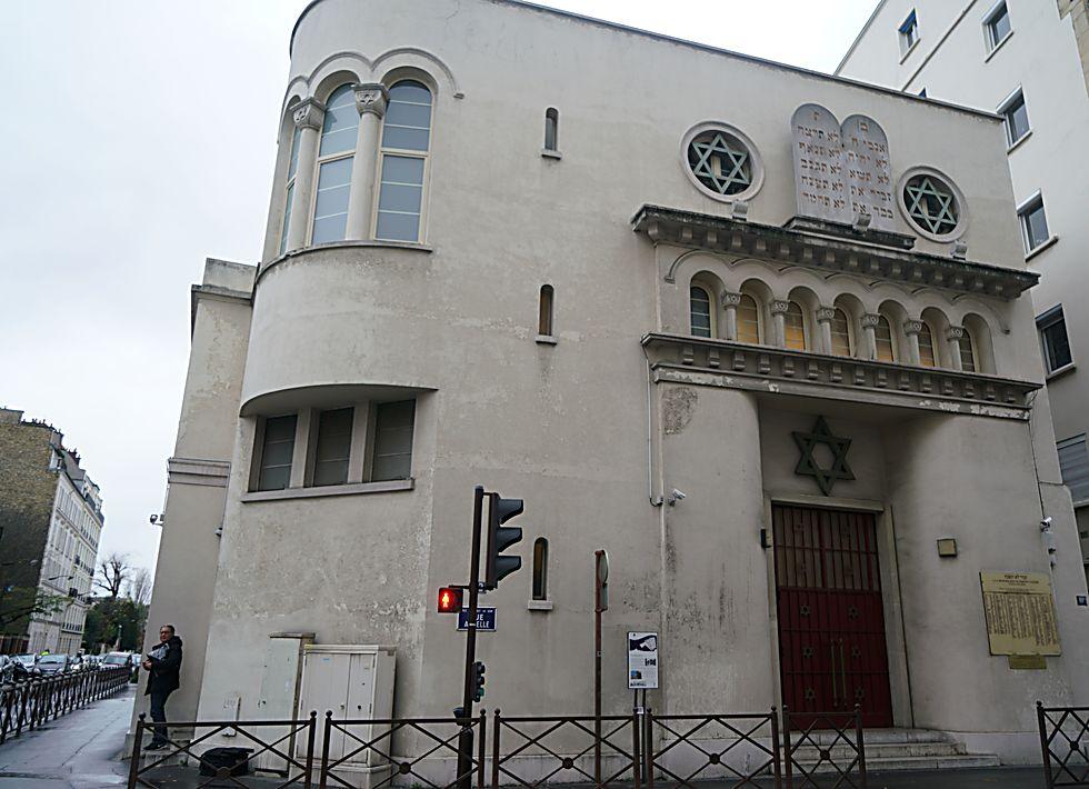 אדם יוצא מבית הכנסת של ניי-סור-סן, צרפת ב-11 בדצמבר 2017  (כנען ליפשיץ)