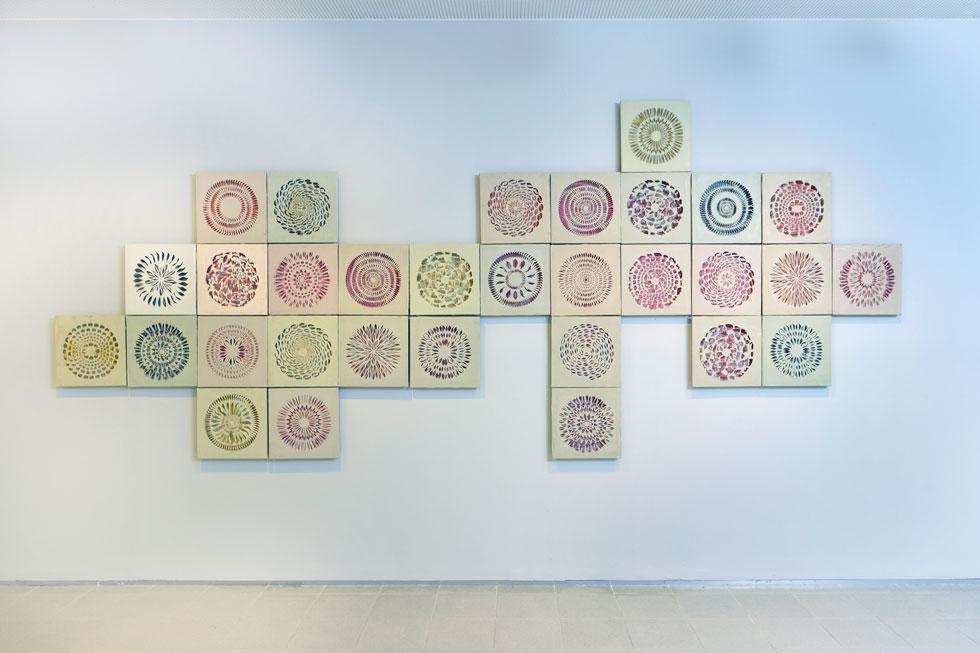 מתוך התערוכה ''חומרים מתוסכלים''. שתי יריעות לטקס, התחתונה צבעונית והעליונה לבנה, נמתחו על מסגרת בכיוונים מנוגדים. המתיחה הזו הטעינה אותן באנרגיה, שמתבטאת בצורות תלת ממדיות מורכבות שנוצרו עם החיתוך (צילום: שי בן אפריים)