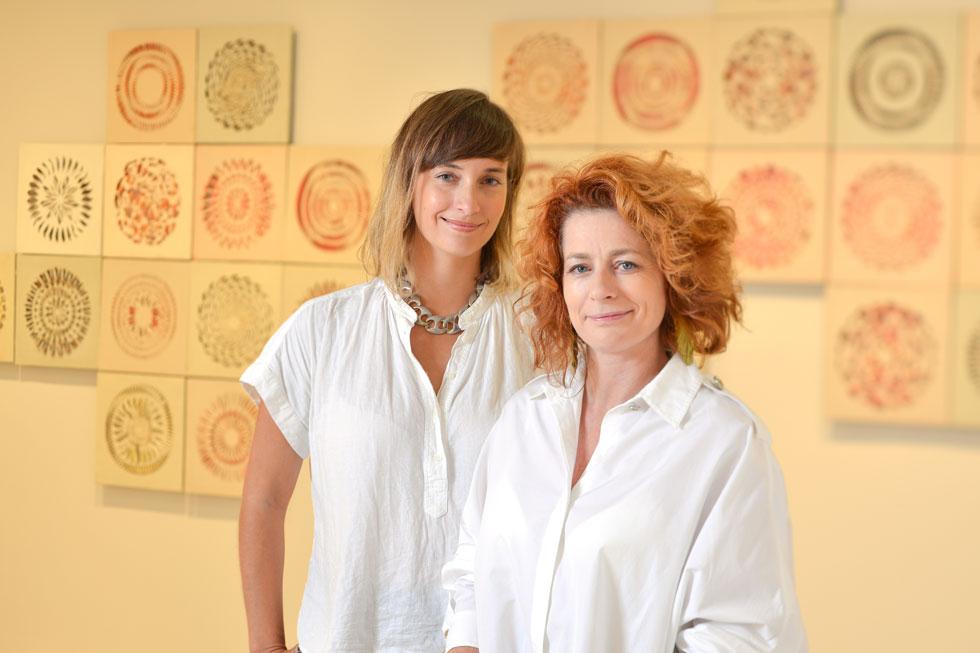 ד''ר אריאל בלונדר (מימין) ושירה שובל. הראשונה ניהלה את ה-FabLab (מעבדה לייצור עצמי) הראשונה בארץ, שהוקמה בשכונת ג'סי כהן בחולון, והשנייה את ספריית החומרים של מוזיאון העיצוב. הן נפגשו כשיצרו פרויקט משותף ל''עיצוב טרי'' 2013 (צילום: שי בן אפריים)