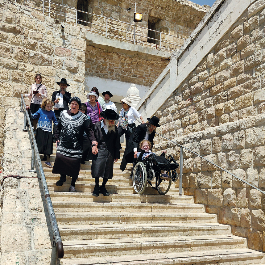 נכים יהודים ופלסטינים נישאים במדרגות מערת המכפלה. מסע ייסורים שכבר גבה חיי אדם