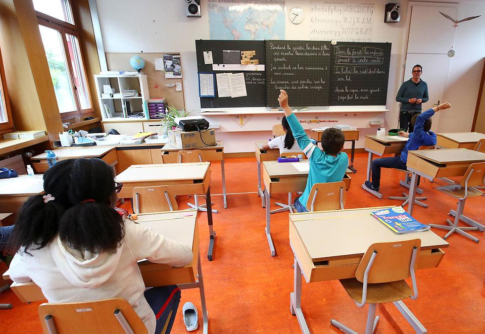 שווייץ חזרה ללימודים בית ספר ב ז'נבה (צילום: רויטרס)