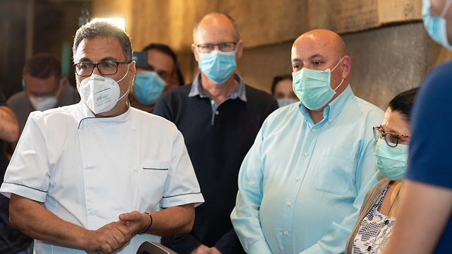 איתמר גרוטו וסיגל סדצקי עם חיים כהן ביפו תל אביב (צילום: טל שחר)