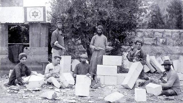סיתות באבן ב-1911 (צילום: מתוך הספר: