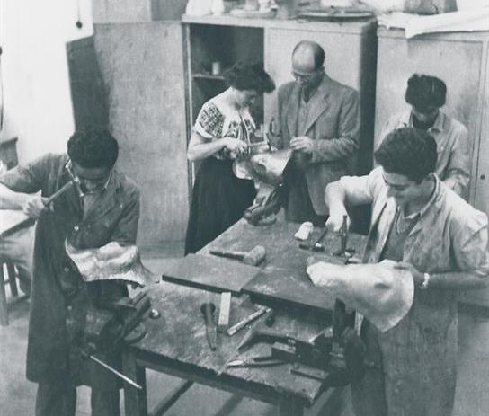 """מחלקת המתכת 1951. באדיבות ארכיון בצלאל""""    (צילום: ראובן מילון)"""
