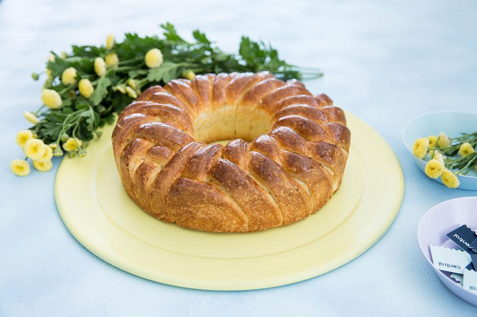 חלה במילוי גבינה מתוקה וצימוקים (צילום: טל סיון ציפורין)