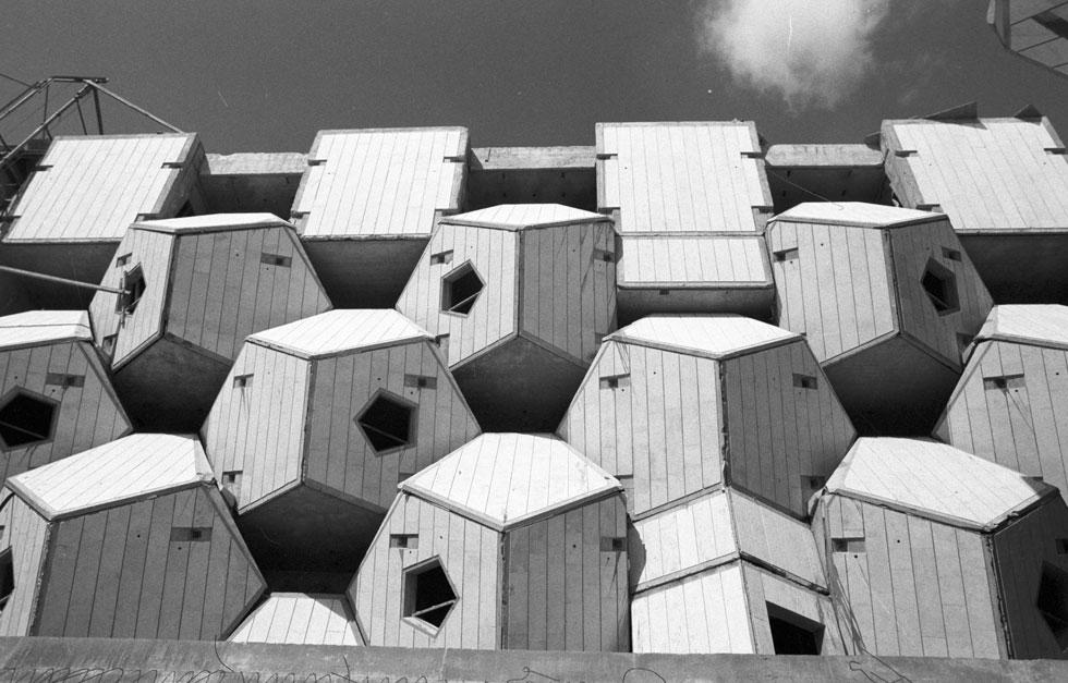 הבנייה התחילה ב-1976 בראש גבעה מוקפת כביש. האדריכל צבי הקר שאב השראה מאבני הטרסות העתיקות בהרי ירושלים. ''כאילו הגדלנו את האבן הפראית לממד של קומה ויותר מזה'', הוא מסביר (צילום: דוד רובינגר)