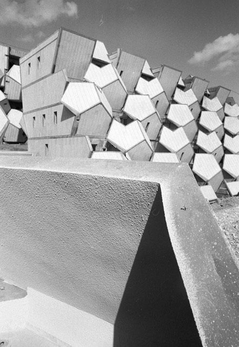 הגיאומטריה הייתה תמיד חלק משפתו האדריכלית של הקר (צילום: דוד רובינגר)