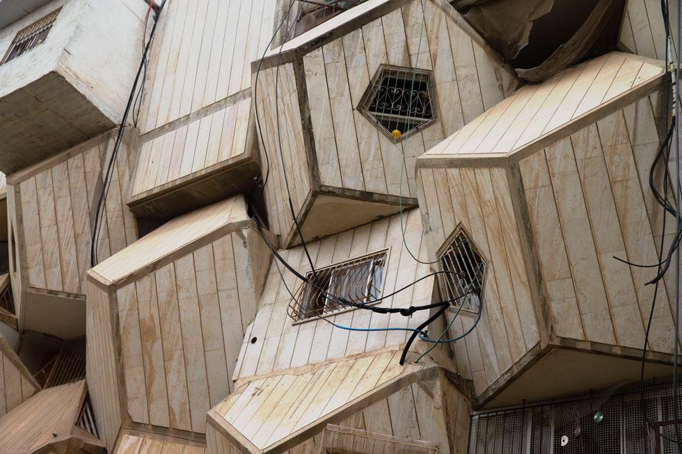 מהבניינים הצפופים פורצים תריסריונים (דודקהדרון), עשויים משטחים מחומשים, שהקנו לשכונה את ייחודה המוזר (צילום: אוהד צויגנברג)