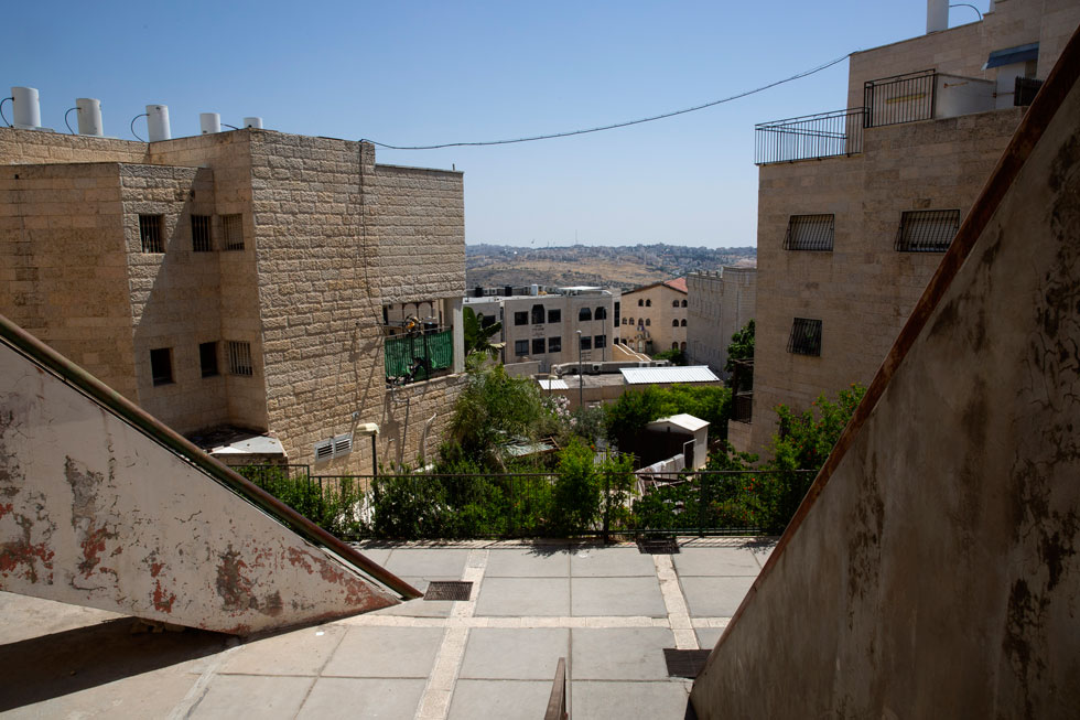 שלב ב' של השכונה תוכנן אחרת, בבנייה קונבנציונלית בחיפוי אבן ירושלמית, עם חשיבה מושכלת יותר על מרחב ציבורי. התוצאה ניכרת עד היום (צילום: עמית שאבי)