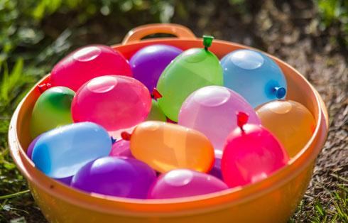תנו לילדים למלא את הבלונים (צילום: Shutterstock)
