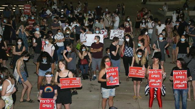 הפגנה נגד רצח נשים ברחבת הבימה בתל אביב (צילום: מוטי קמחי)