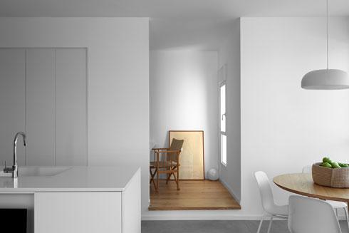 שמתחבר בטבעיות לפריטי העץ הבודדים שנמצאים בבית, כמו שולחנות האוכל והקפה והפרקט בחדר העבודה (צילום: גדעון לוין)
