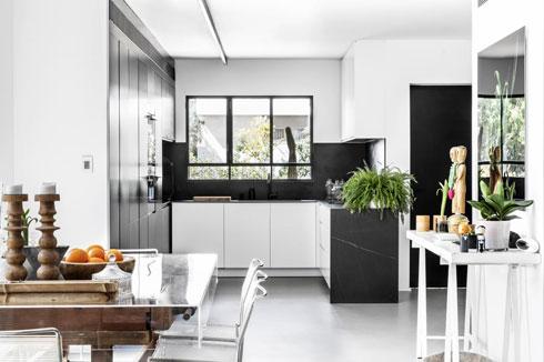 בביתה של המעצבת גילי רשף גול השחור משמש כדי להדגיש אזורים מסוימים (צילום: איתי בנית)