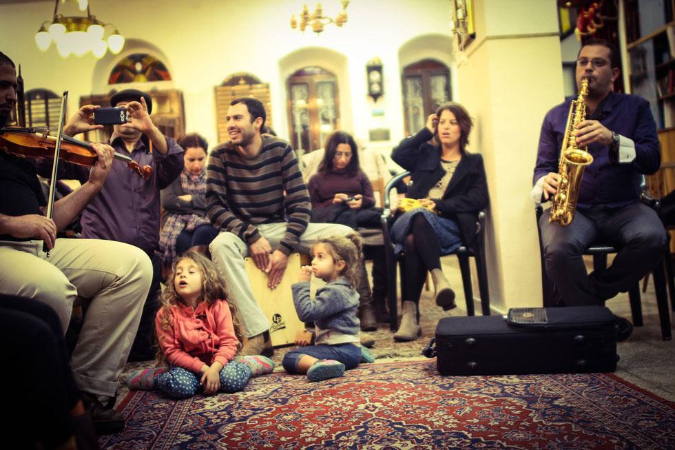 """פורטל ובנותיו בבית הכנסת של """"הבנאים"""" בנחלאות. למטה: בהופעה בחברון בתחילת הדרך"""