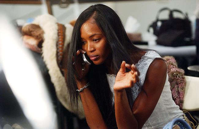 זהירות, יש לה טלפון ביד! תשמרו על מרחק ובלי תנועות פתאומיות (צילום: Getty Images)