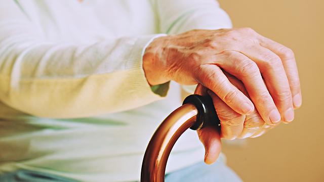 אישה מבוגרת קשישה אילוסטרציה (צילום: shutterstock)