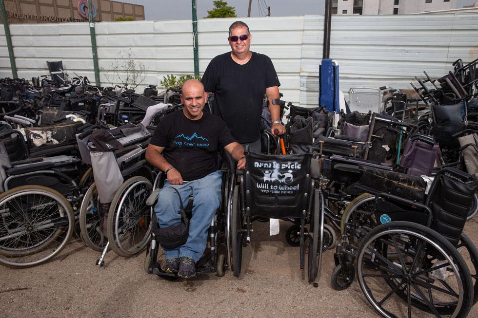 """אורן שעיבי (מימין) וג'וואד מסארוה. """"העובדה שאנחנו מספקים כיסאות גם למדינות שאין לישראל קשר איתן, עוזרת לחיבור בין אדם לאדם"""" (צילום: עוז מועלם)"""