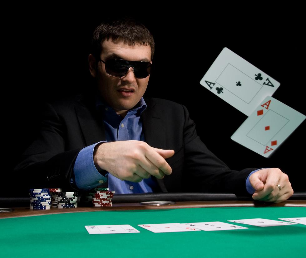 הימורים מהמר פוקר קלפים (צילום: shutterstock)