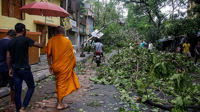 הרס הצפות סופה ספות ציקלון אמפאן קולקטה מערב בנגל הודו (צילום: AP)