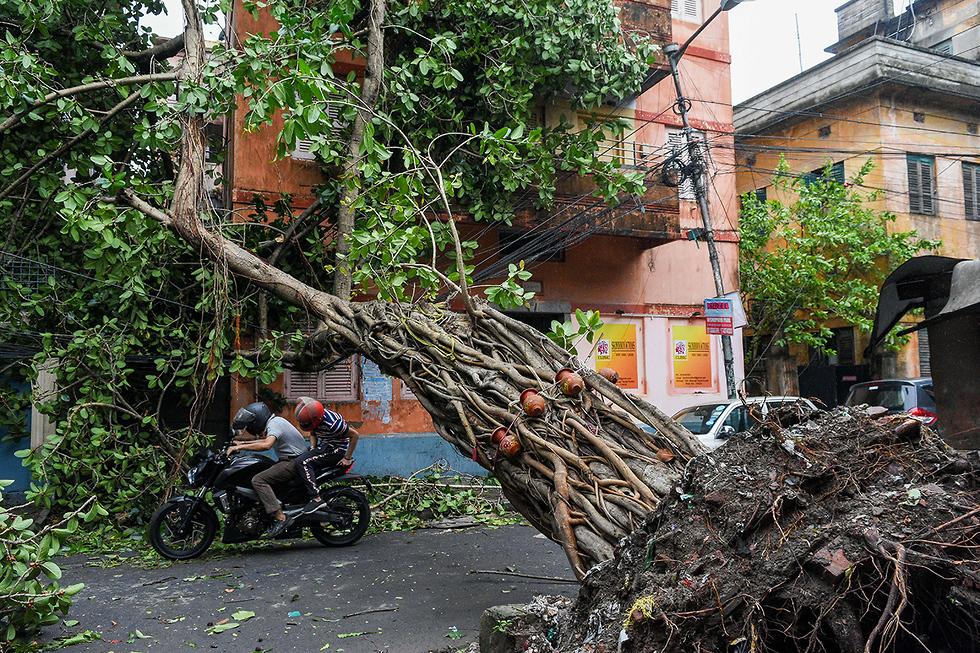 הרס הצפות סופה ספות ציקלון אמפאן קולקטה מערב בנגל הודו (צילום: MCT)