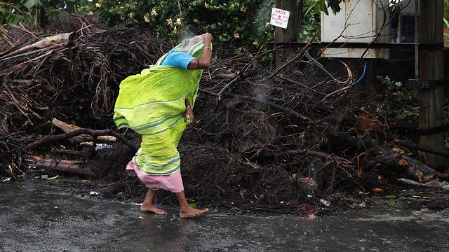 הרס הצפות סופה ספות ציקלון אמפאן מערב בנגל הודו (צילום: EPA)