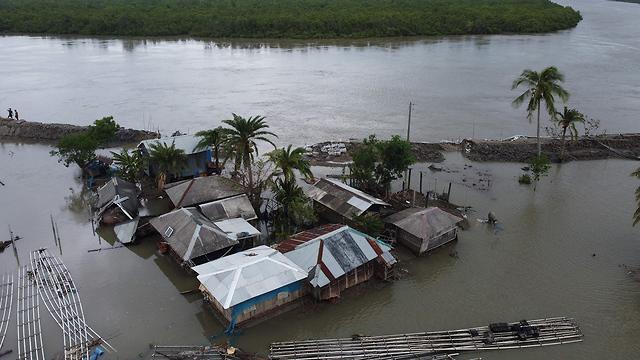 הרס הצפות סופה ספות ציקלון אמפאן מערב בנגל הודו (צילום: AFP)