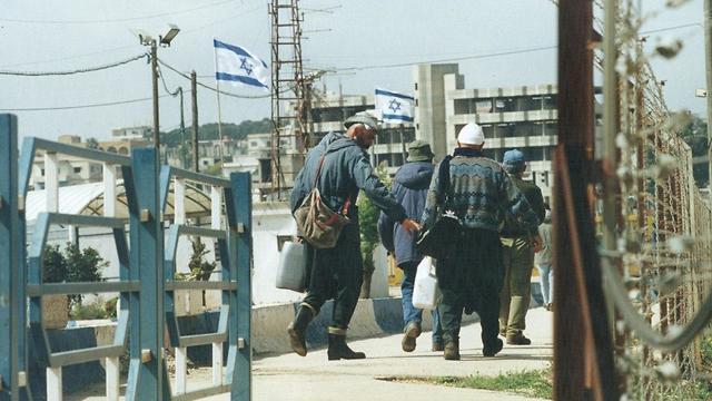 שער פטמה עובדים פועלים לבנונים לבנון ישראל רצועת הביטחון 1999 (צילום: אפי שריר)