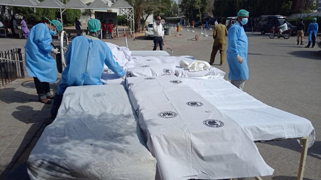 צוות בית החולים מתכונן לקבלת הקורבנות בהתרסקות המטוס בפקיסטן ליד קראצ'י (צילום: EPA)