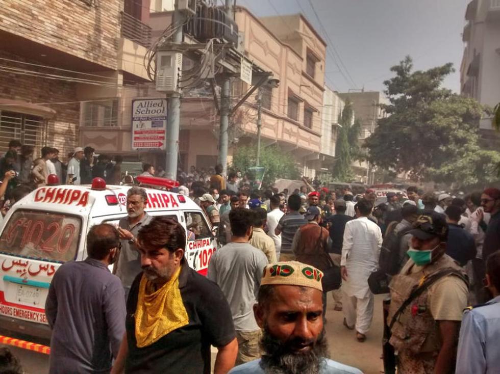 אמבולנס מגיע סמוך למקום ההתרסקות של מטוס הנוסעים בפקיסטן (צילום: EPA)