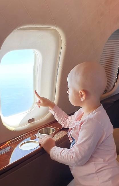 במטוס בדרך לטיפול שיציל את חייה. סבינה (צילום: רחשי לב)
