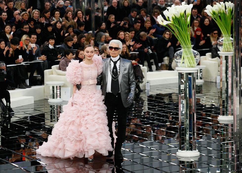 מעצב האופנה המנוח קרל לגרפלד מיהר להעלות אותה על המסלול. בתצוגת ההוט קוטור של שאנל, 2017 (צילום: AP)