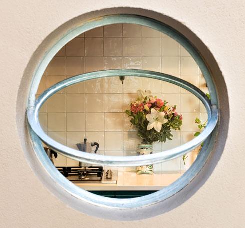 מבט מהפטיו-מרפסת פנימה, אל המטבח. המטרה היתה בית שנראה ''כאילו הוא נמצא פה כבר הרבה זמן'' (צילום: עידו אדן)
