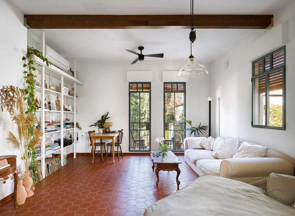 לרוחב התקרה בסלון קורות דקורטיביות מעץ גושני (צילום: עידו אדן)