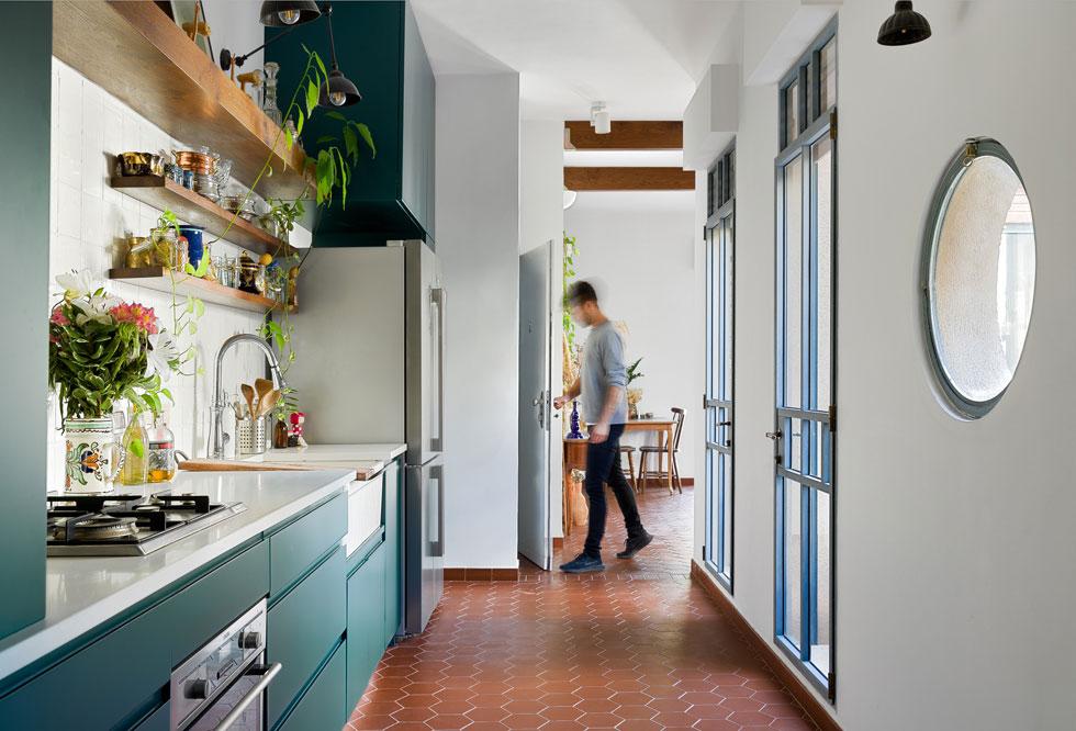 מבט אל הכניסה. מעבר רחב, שלאורכו המטבח, מחבר בין הסלון לחלק הפרטי של הדירה (צילום: עידו אדן)