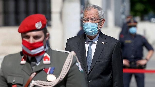 נשיא אוסטריה אלכסנדר ואן דר בלן עם מסכה באפריל בווינה (צילום: AP)