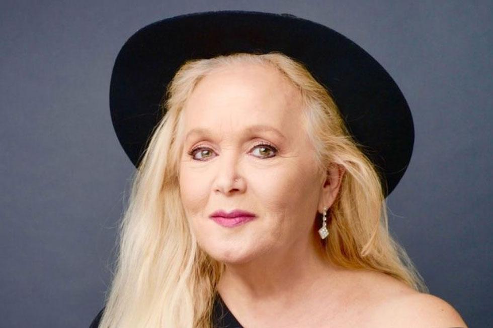 """מירי אלוני. """"אנשים חושבים שאם היא שרה ברחוב, אז אין לה מה לאכול או שהלך לה הקול, ואז הם שומעים אותי ואוכלים את הכובע"""" (צילום: יונתן בלום)"""