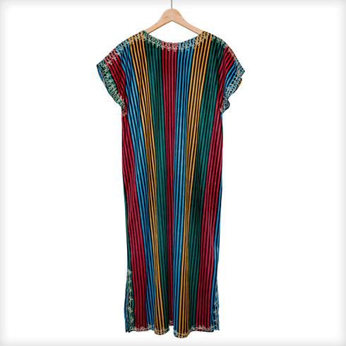 """שמלת גלבייה בדוגמת פסים. """"גלביית וינטג' משוק הפשפשים שקיבלתי במתנה מהסטייליסטית חיה וידר. היא כיפית, קלילה ויפה, וחרשתי עליה בלי סוף בהופעות""""  (צילום: ענבל מרמרי)"""