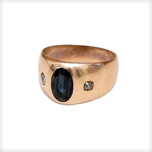 """טבעת זהב. """"אחת ממתנות הלידה שקיבלתי מבעלי. זאת טבעת זהב גברית עם אבן אוניקס ויהלומים, עבודת יד מהמאה ה-19 שנוצרה בברמינגהם. הטבעת היתה בעבר של סבו של בעלי ועברה במשפחה עד אליי""""  (צילום: ענבל מרמרי)"""