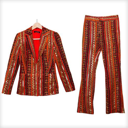 """חליפת מכנסיים רקומה, חגית טסה. """"זו חליפה שנתפרה למידותיי על ידי חגית טסה לטקס 70 שנות אופנה ישראלית ונלבשה גם לטקס המשואות ב-2019. אני אוהבת אותה מאוד והיא מסמלת ציון דרך בקריירה"""" (צילום: ענבל מרמרי)"""