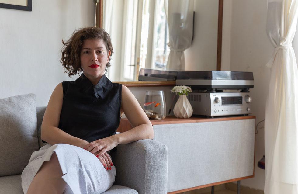 """המעצבת ענת פרידמן ליקטה לקוחות ונשים ירושלמיות לצילומי הקולקציה החדשה. """"מה שהחל בצילומי קולקציה אצלי בבית בהתאם להנחיות הסגר, התגלגל לפרויקט שלם"""", היא מספרת, """"כל אחת מהמצולמות הביאה איתה סגנון אישי ונתנה פרשנות משלה לבגד עם פריטים משלימים והרקע בו בחרה להצטלם"""" (צילום: אדיר אלחרר)"""