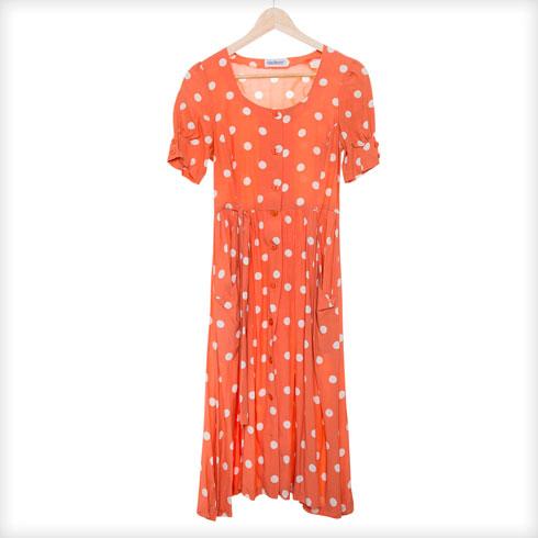 """שמלה מנוקדת, מהארון של אמא. """"אמא שלי מתלבשת טובה, ואני זוכרת אותה בשמלה הזאת באייטיז, יחד עם נעליים כחולות שכל פעם הייתי נועלת כילדה. הזיכרון הזה משפיע עליי עד היום""""   (צילום: ענבל מרמרי)"""