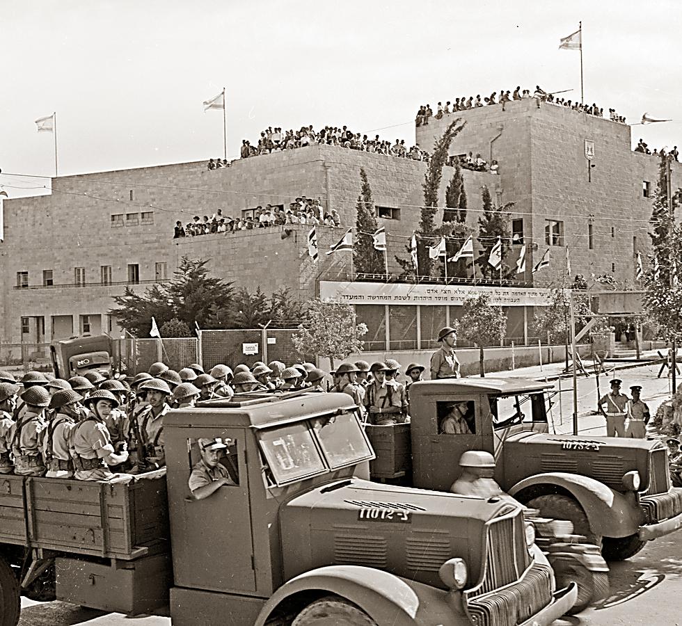 מצעד צבאי בירושלים, ביום השנה השני לעצמאות ישראל, 1950 (צילום: פריץ שלזינגר, באדיבות ארכיון קק
