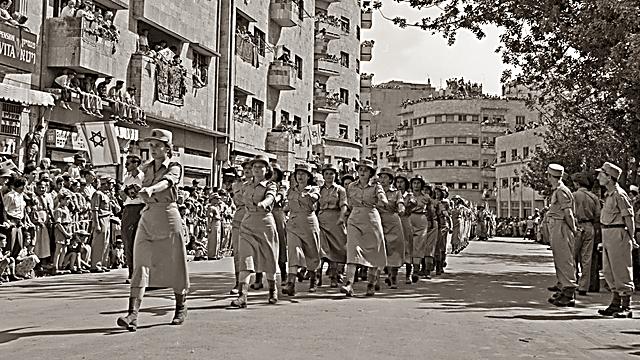 המצעד הצבאי ביום העצמאות השני למדינת ישראל (צילום: פריץ שלזינגר, באדיבות ארכיון קק